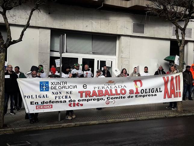 Los trabajadores de Poligal a la puerta del Parlamento de Galicia, en Santiago - FOTO: Europa Press