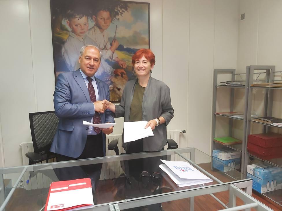 José Tomé (PSdeG-PSOE) y Maite Ferreiro (BNG) firman el pacto de gobierno de la Diputación