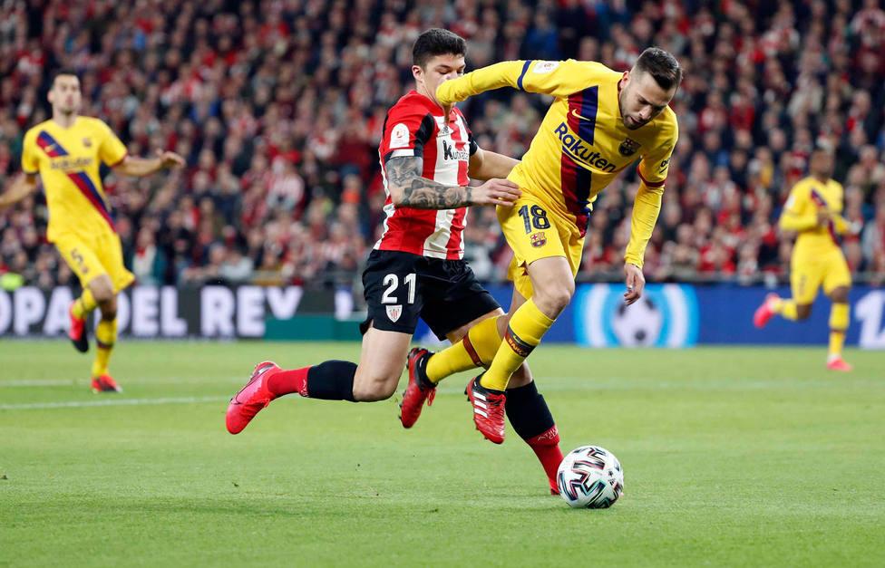 Capa y Jordi Alba pelean por un balón en el Athletic - Barcelona (EFE)