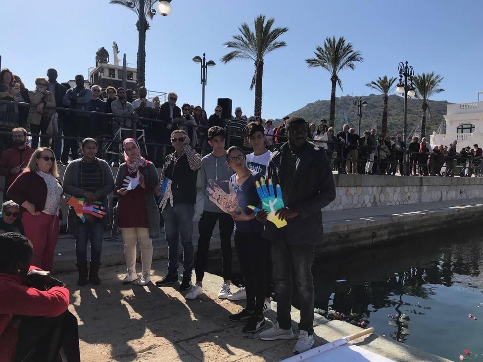 Medio millar de personas se concentran en Cartagena por los inmigrantes fallecidos en el mar