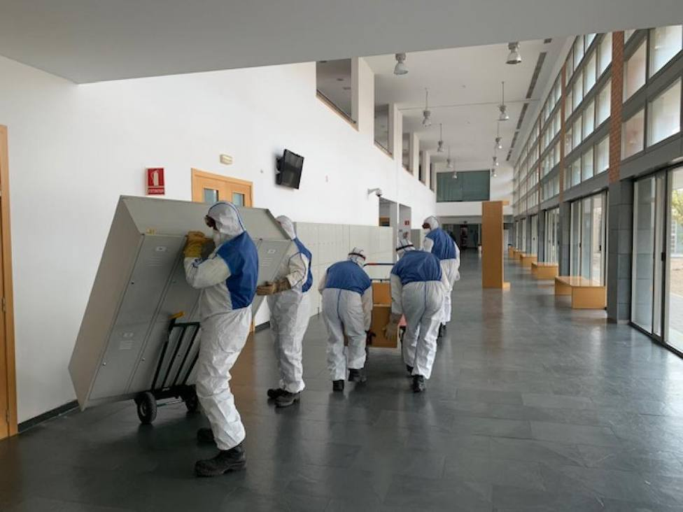 Operarios en labores de acondicionamiento dela Facultad de Medicina