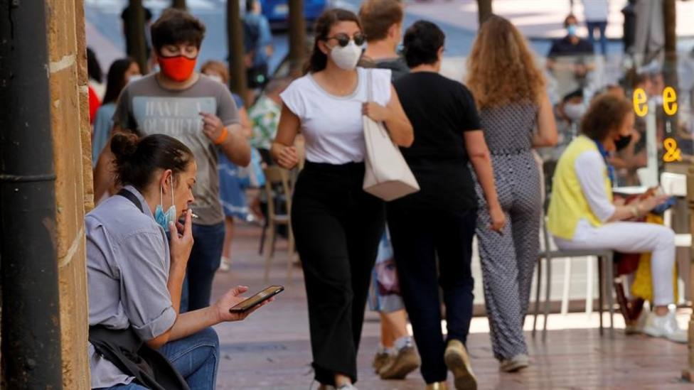Una mujer fuma en una calle del centro de Oviedo