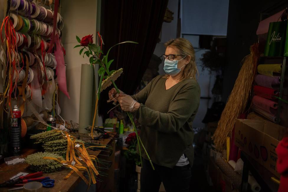 Una florista prepara rosas por Sant Jordi el 22 de abril de 2020 - David Zorrakino - Europa Press - Archivo