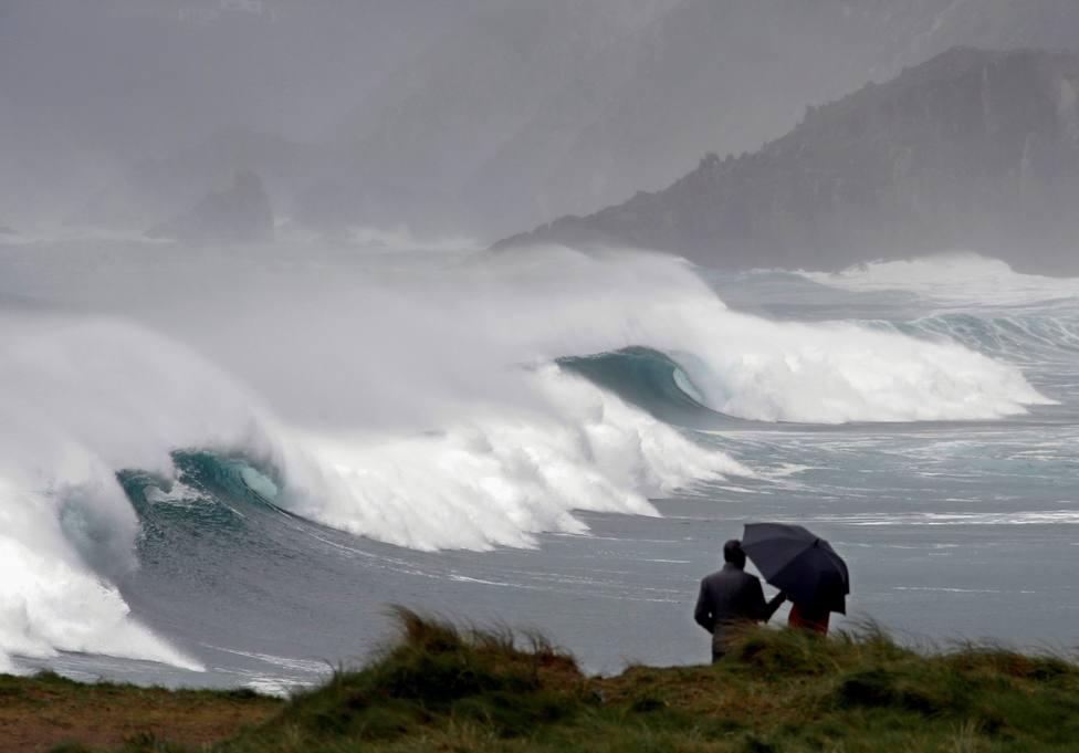 Foto de archivo de un temporal en la playa ferrolana de Ponzos - FOTO: EFE / Kiko Delgado