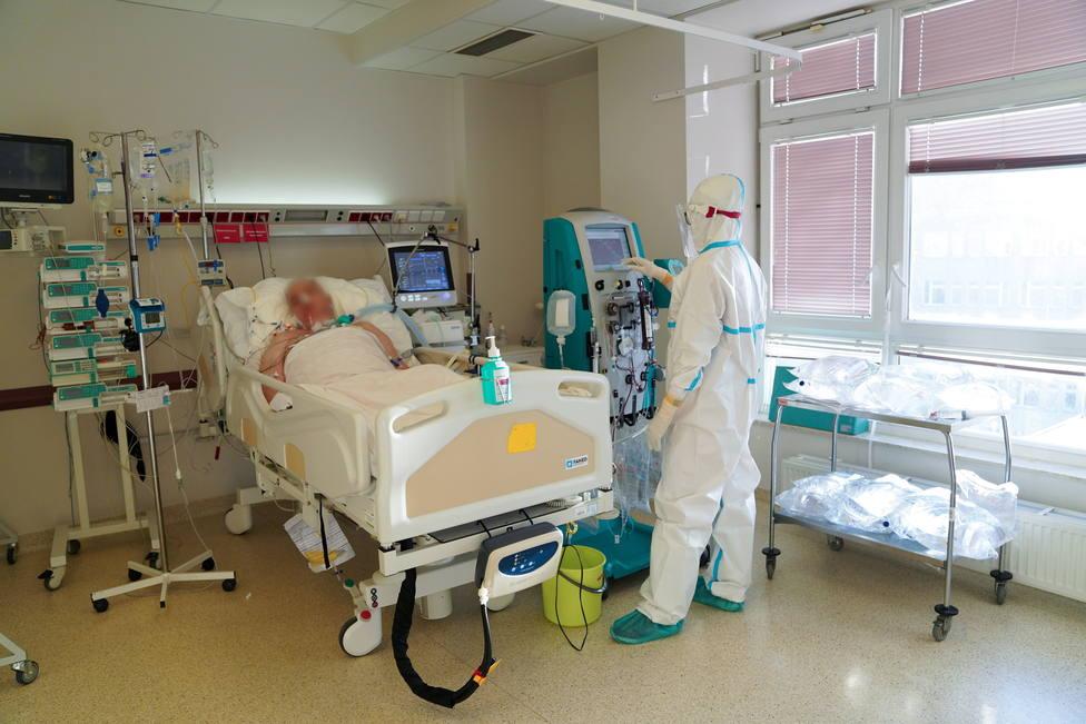 Sanitarios trabajando con un paciente de covid-19 en el hospital