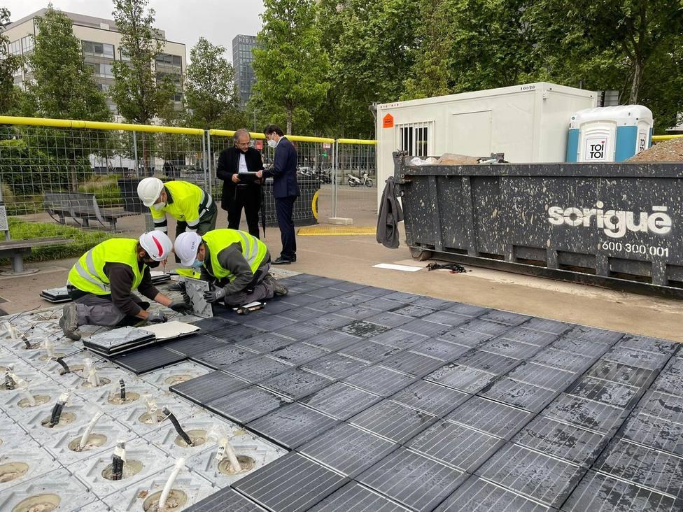 Trabajadores instalando el pavimento solar en la plaza de les Glòries en Barcelona - Europa Press