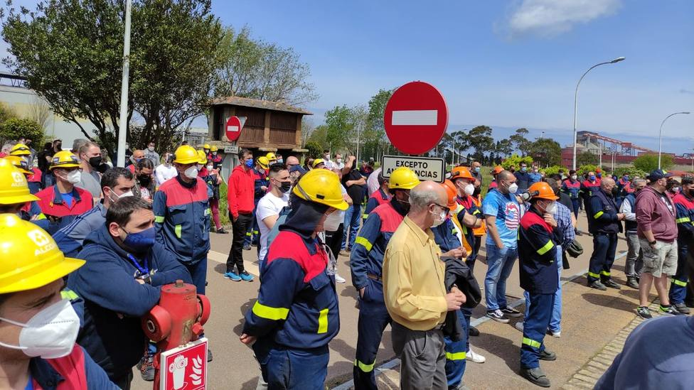 Trabajadores de Alcoa San Cibrao reunidos en asamblea