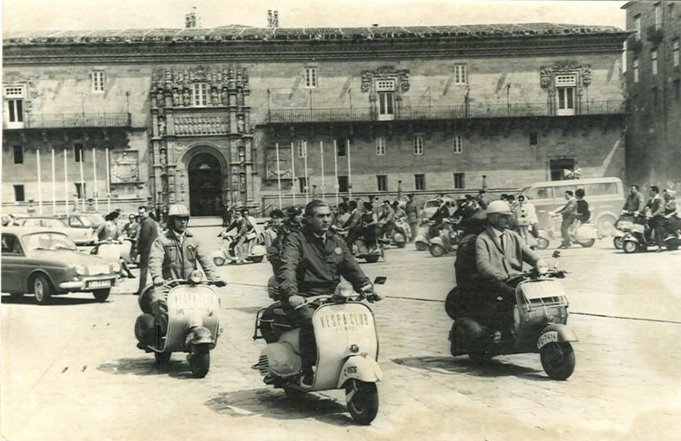 Integrantes del Vespa Club Ferrol en la plaza del Obradoiro en la década de los 60 - FOTO: Cedida