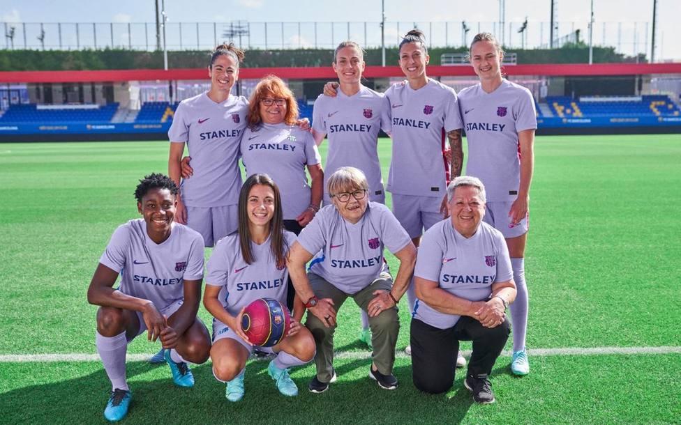 Jugadoras de la Selecció Ciutat de Barcelona, junto a una representación de la plantilla femenina actual.