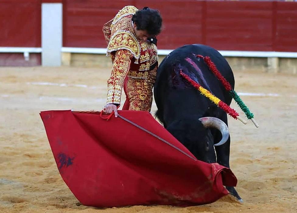 Derechazo de Álvaro Burdiel durante su faena al sexto novillo en Miraflores de la Sierra