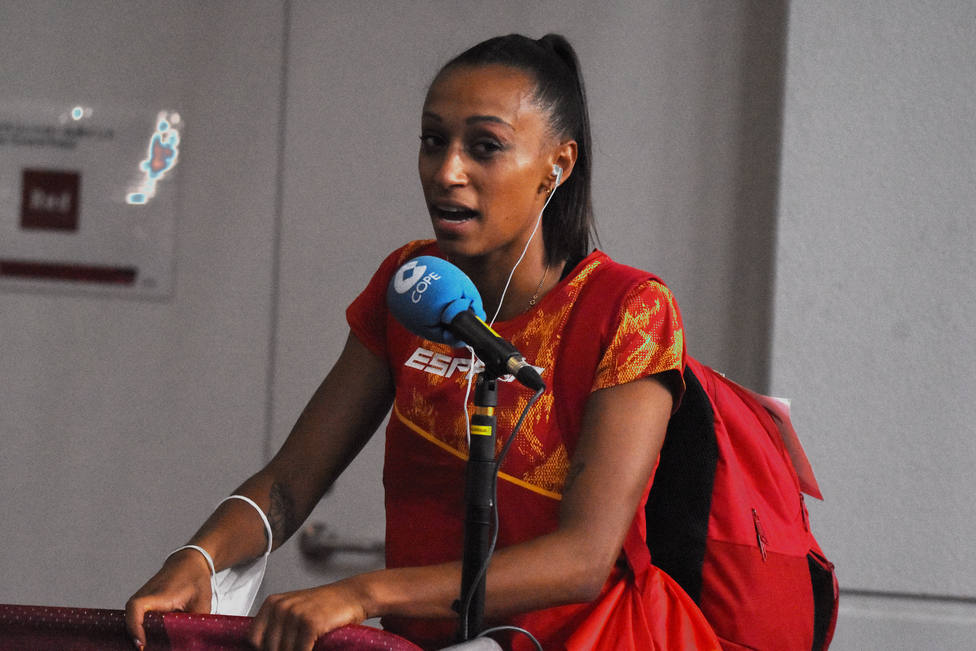 Ana Peleteiro ante un micrófono de COPE