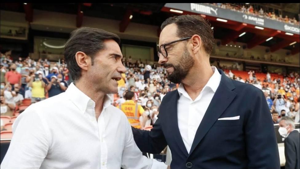 Los técnicos se saludan en Mestalla