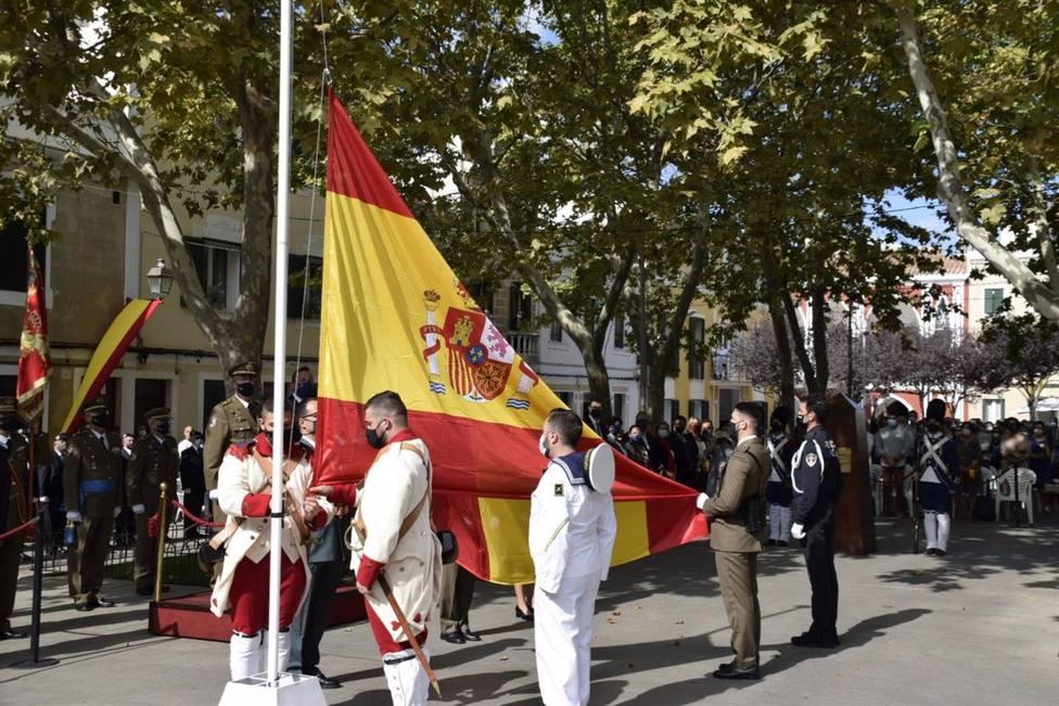 Militares, Guardia Civil y Policía participan del izado de Bandera en Alaior por la Fiesta Nacional 2021