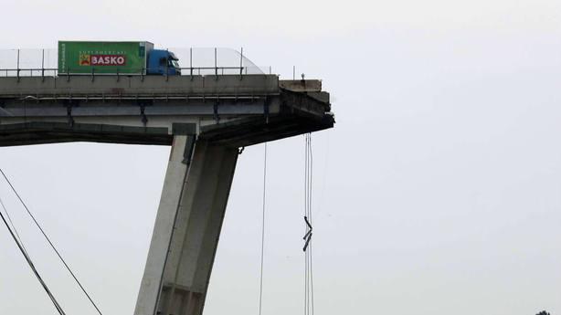 Volver a nacer: la imagen del camión verde en el derrumbe del viaducto de Génova que da la vuelta al mundo