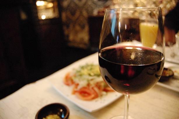 La FEV alerta del impacto negativo en las bodegas ante el posible aumento de impuestos al vino en Reino Unido