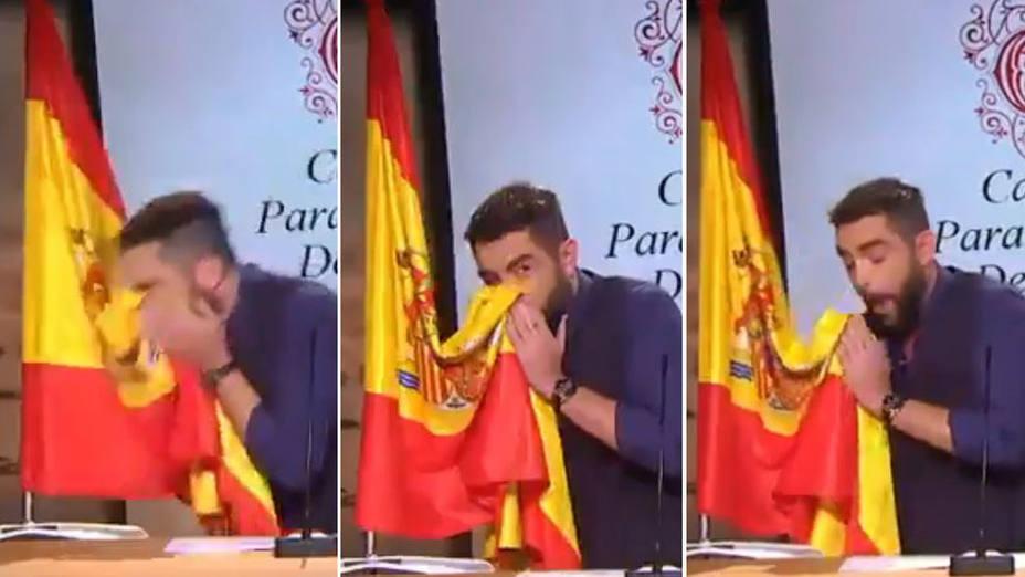 El juez archiva la causa contra Dani Mateo por sonarse la nariz con la bandera de España