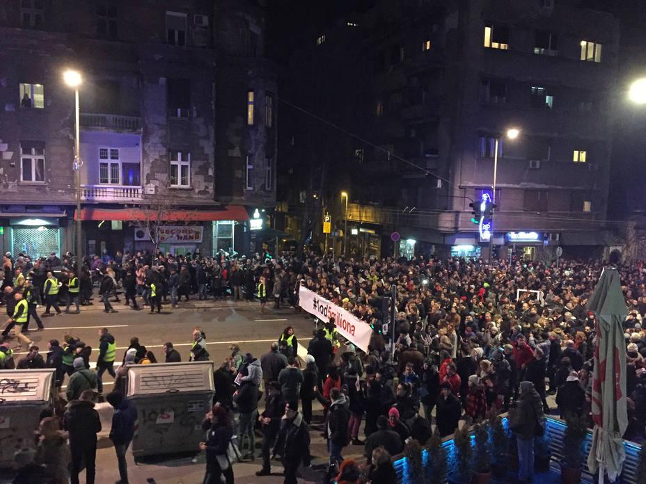La oposición serbia boicotea el Parlamento y pide que se cumplan las exigencias de los manifestantes
