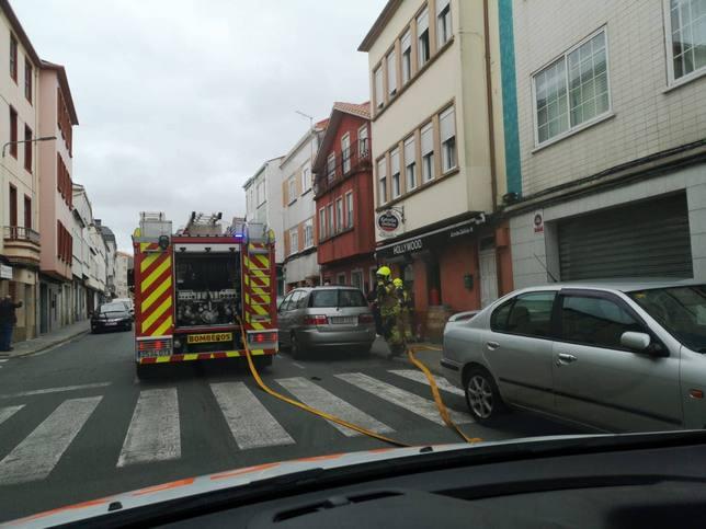 Camión del SEPEIS de Narón ante el establecimiento hostelero - FOTO: Tráfico Ferrolterra