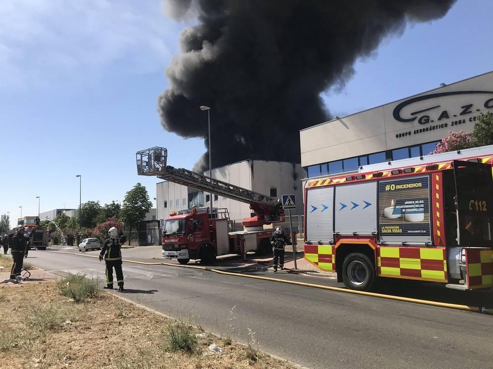 Los Bomberos dan por extinguido el incendio que ha arrasado una empresa de disolventes en Fuenlabrada (Madrid)