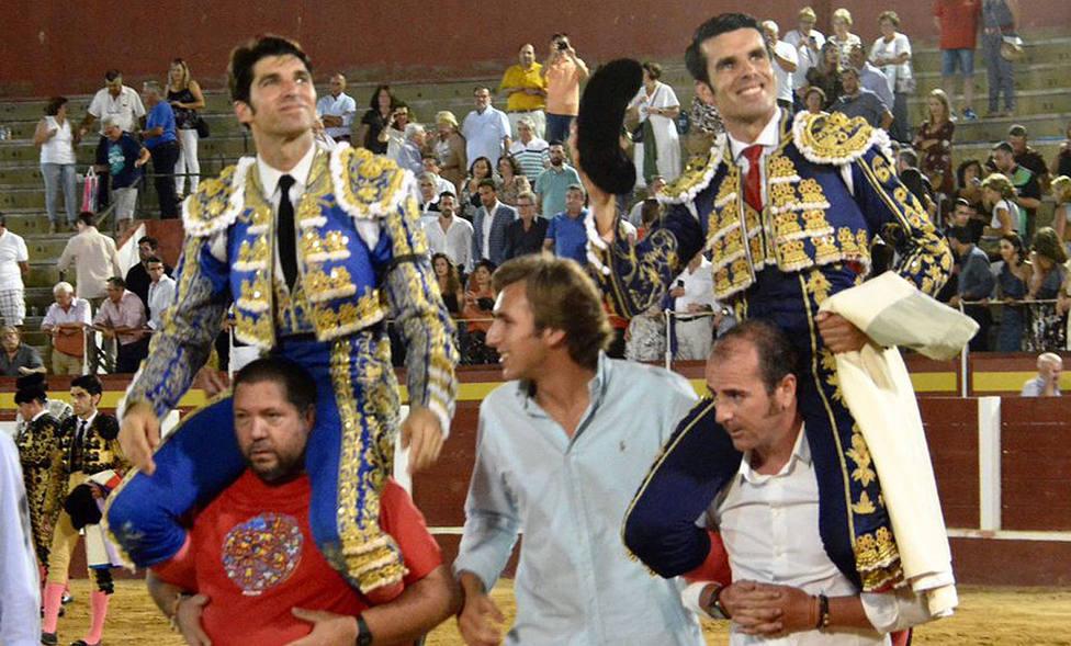 Cayetano y Emilio de Justo en su salida a hombros en la nocturna de Fuengirola