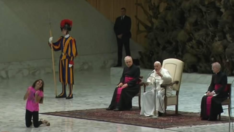 Así reacciona el Papa cuando le interrumpe una niña en su catequesis