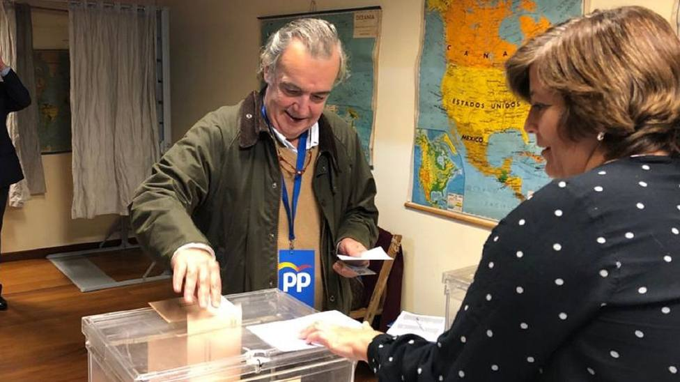 Juan Juncal votando en el colegio de A Graña, en Ferrol - FOTO: Cedida