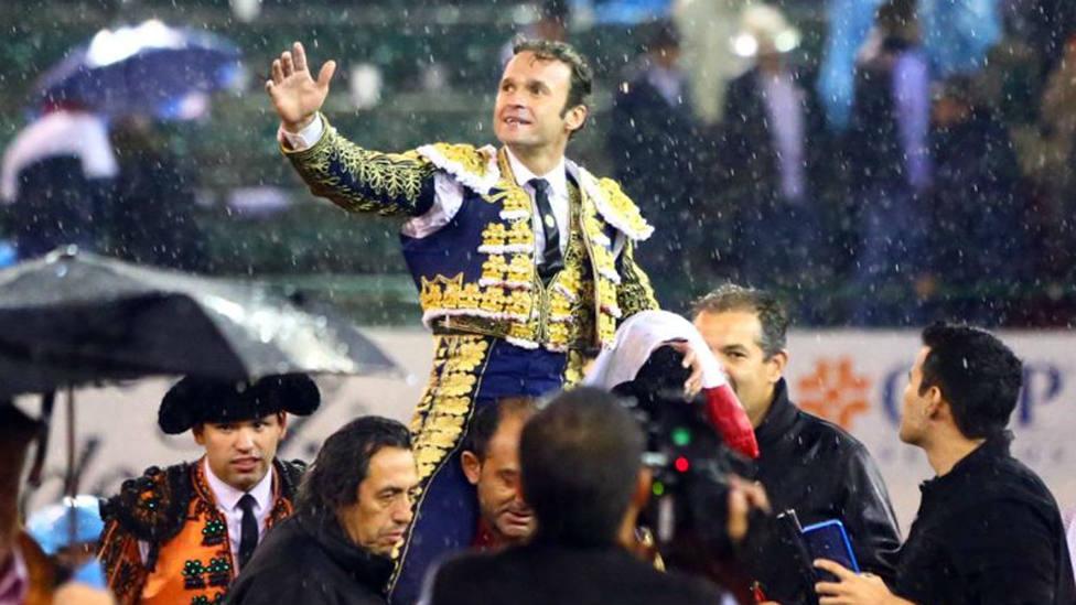 Antonio Ferrera en su salida a hombros en el Nuevo Progreso de Guadalajara este domingo