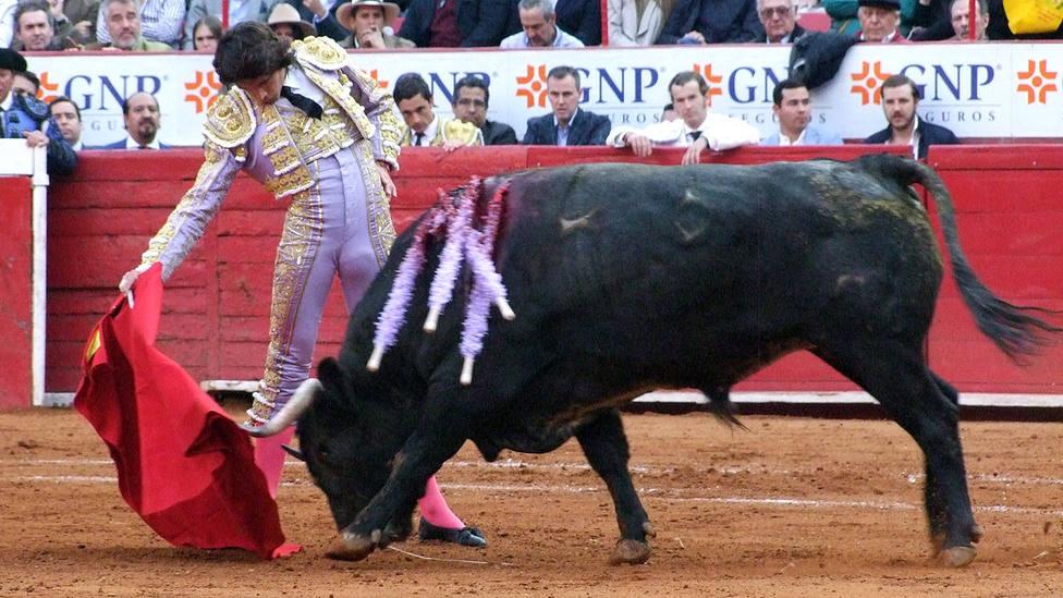 Derechazo de Sebastián Castella durante su actuación este domingo en la Monumental de México