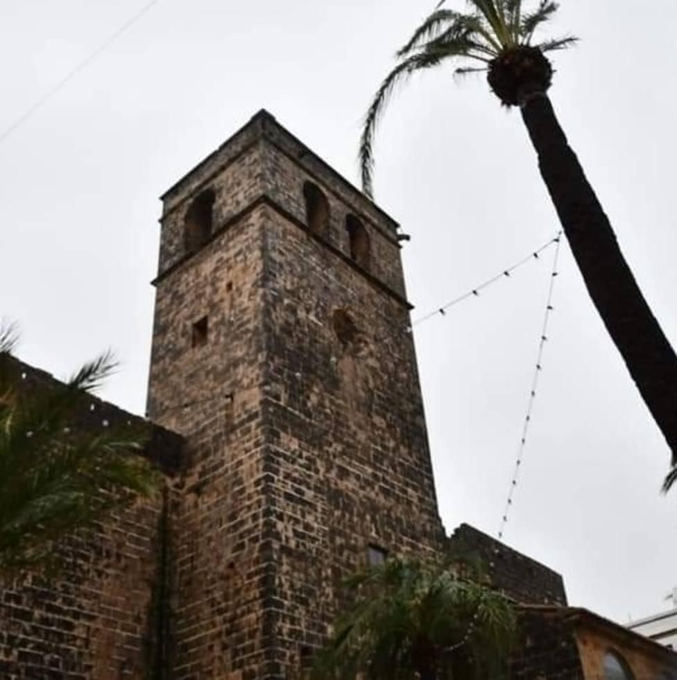 El fuerte viento arranca el reloj del campanario de San Bartolomé de Xàbia (Alicante)