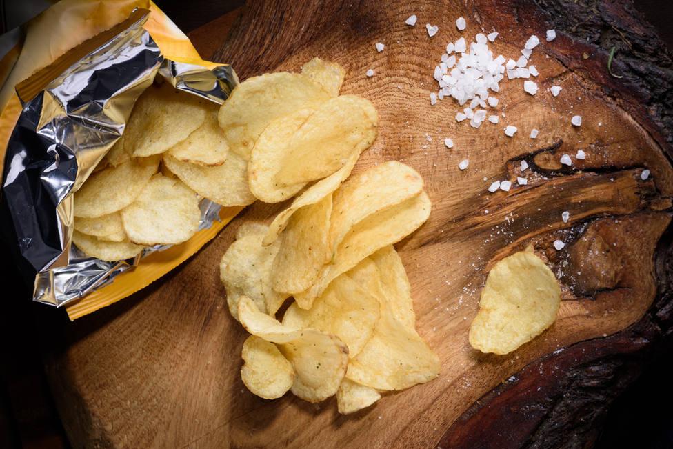 El grave error que cometes al comer patatas fritas de bolsa y que pone en riesgo tu salud