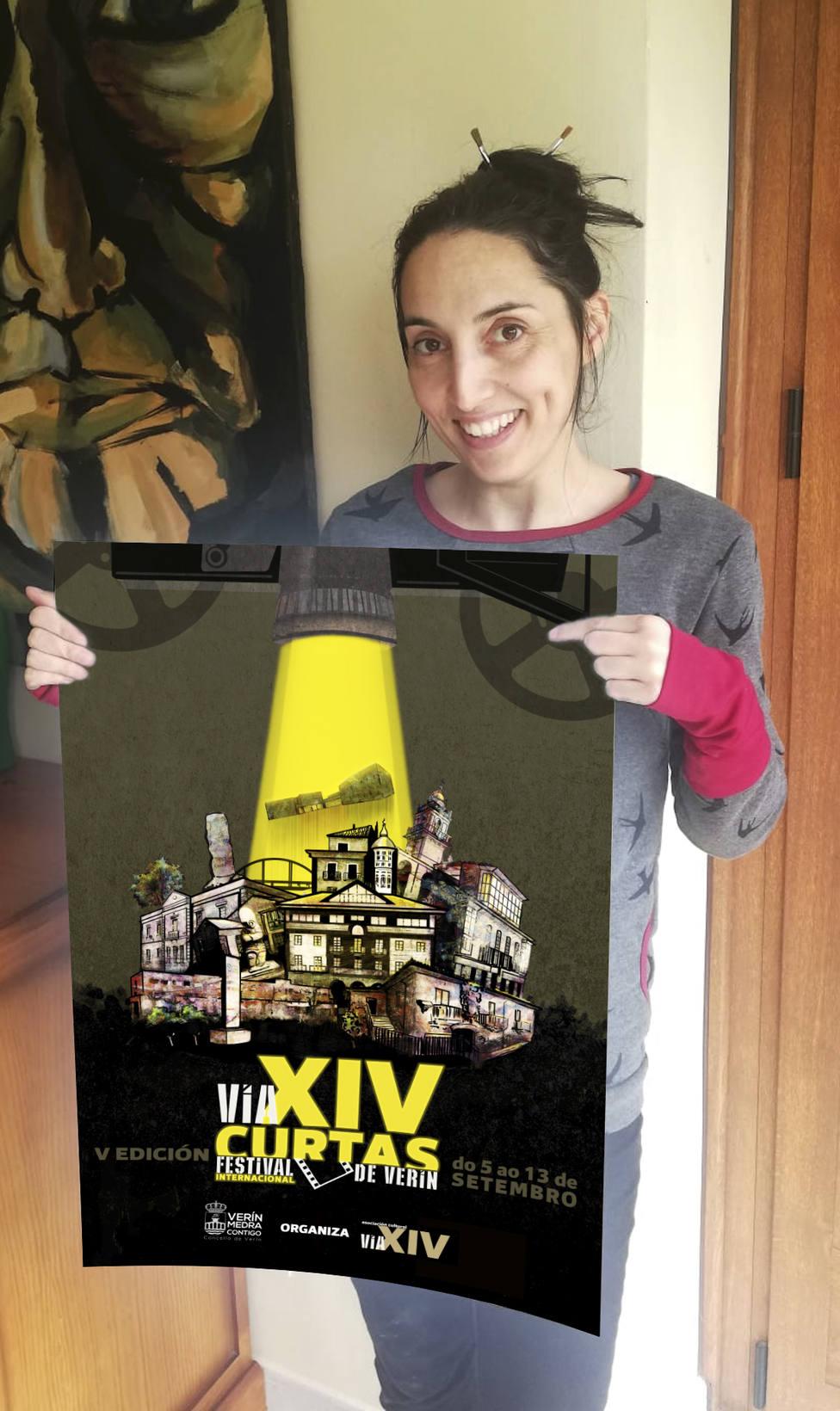 La diseñadora Olalla Diéguez posa con el cartel anunciador del FIC VIA XIV.j
