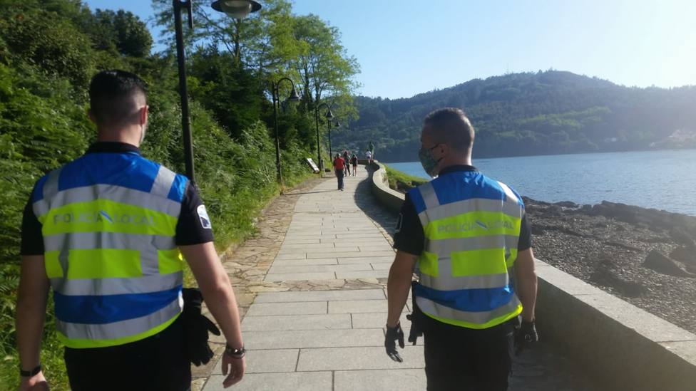 Agentes de la Policía Local de Mugardos patrullando por el municipio