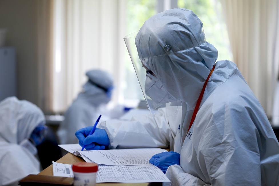 Foto de archivo de personal enfundado con protección contra el coronavirus - FOTO: Europa Press - PPI