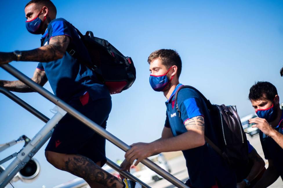 Roger, Aitor y Coke suben al avión en un viaje de esta temporada
