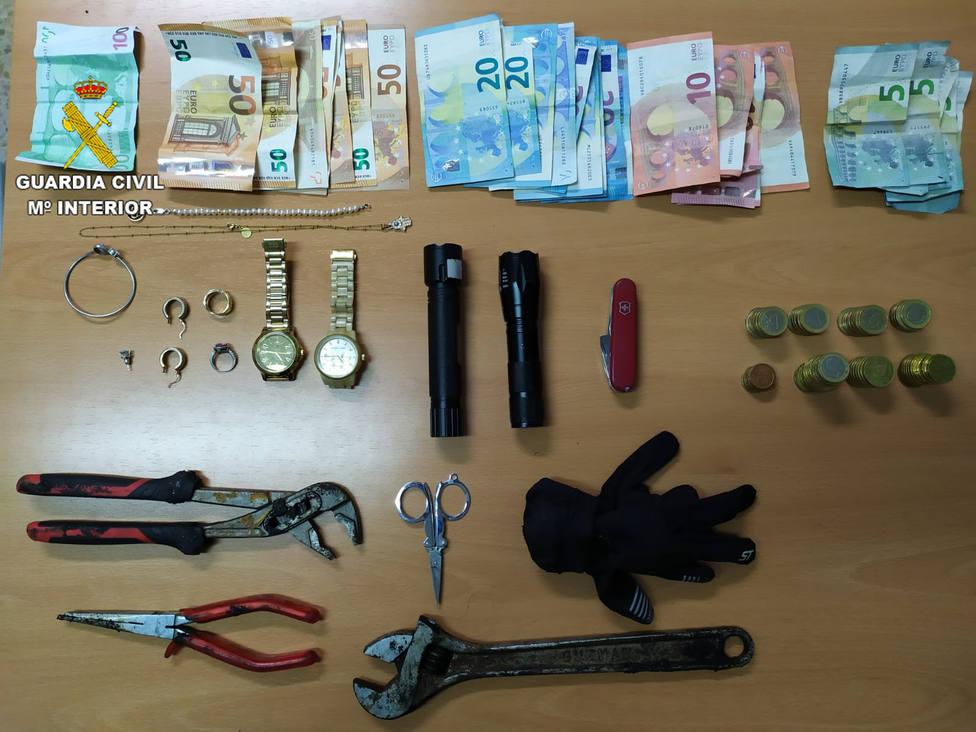 Objetos y dinero incautado a los detenidos de la banda organizada de Europa del Este