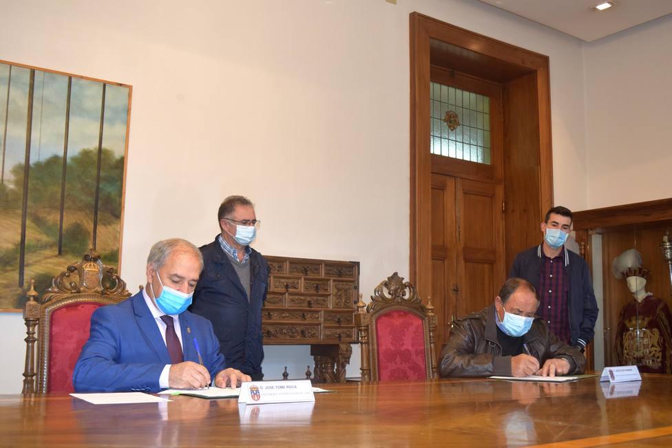 Firma de convenios en la Sala de Juntas de la Diputación