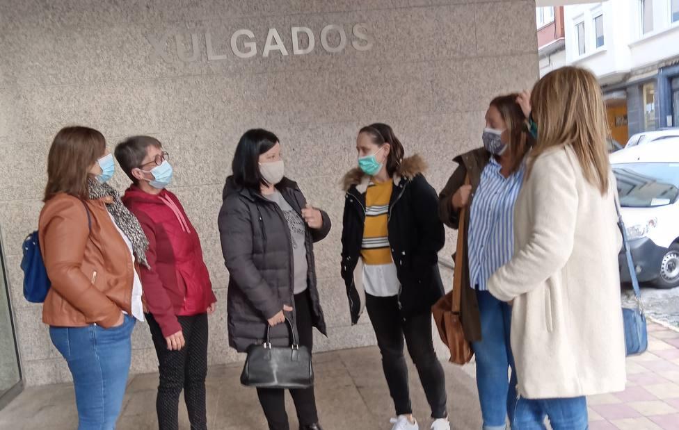 Algunas de las trabajadoras de la DomusVi a la puertas de la sede judicial en Ferrol - FOTO: CIG