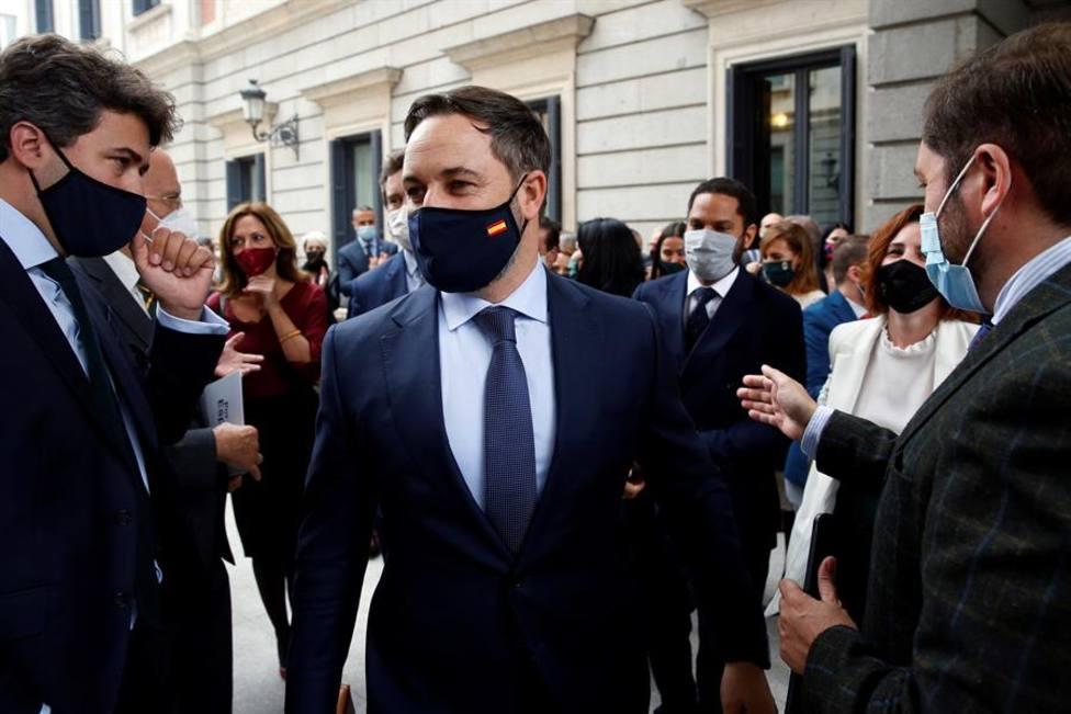 El líder de Vox, Santiago Abascal, arropado por diputados de su grupo en las afueras del Congreso