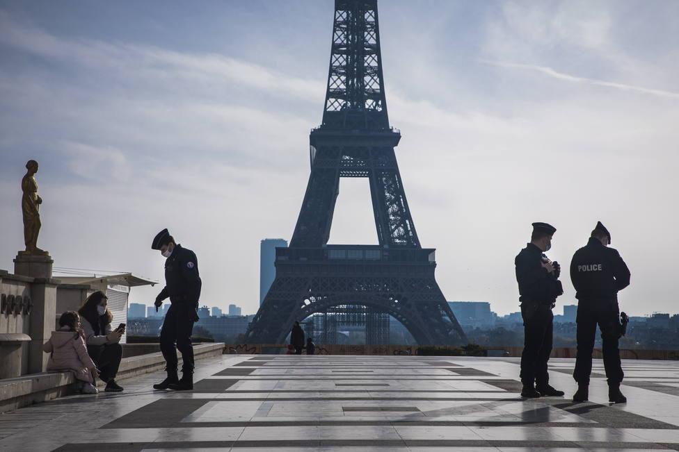 Francia estudia reabrir comercios en diciembre pero mantener cerrados bares y restaurantes hasta enero