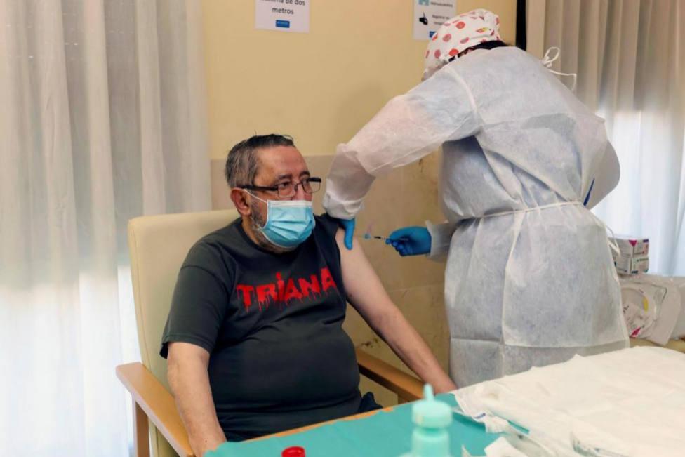 Vicente (72 años) el primer extremeño en recibir la vacuna contra la covid en la residencia Rosalba de Mérida