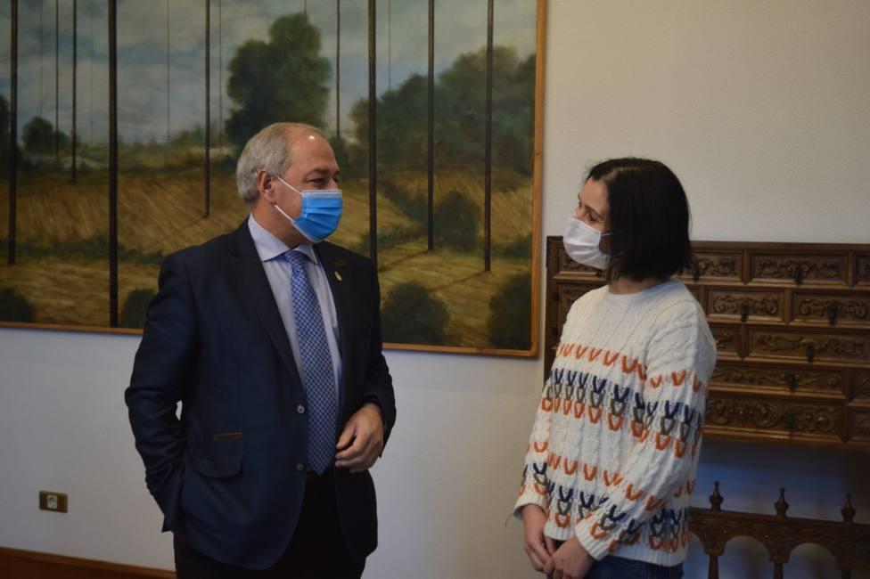 El presidente de la Diputación, José Tomé, con Guadalupe Rego, representante de la asociación vecinal de Sante