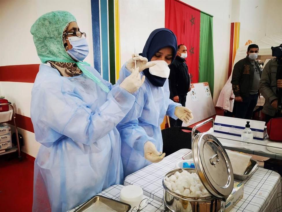 Enfermeras preparan jeringuillas en un centro sanitario en Salé, cerca de Rabat (Marruecos)