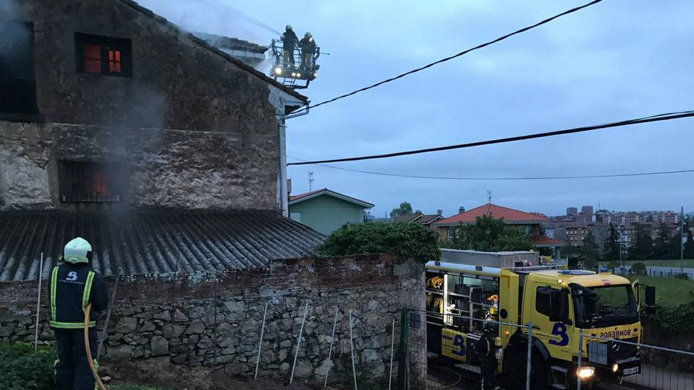 Arde una casa abandonada en la calle Piqueros de Avilés
