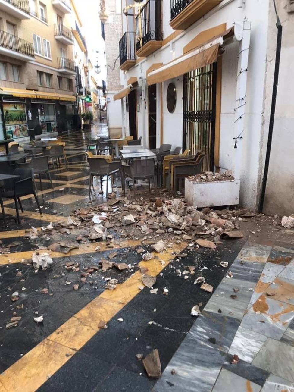 Una cornisa se desprende sobre la terraza de un bar en la Corredera sin causar heridos