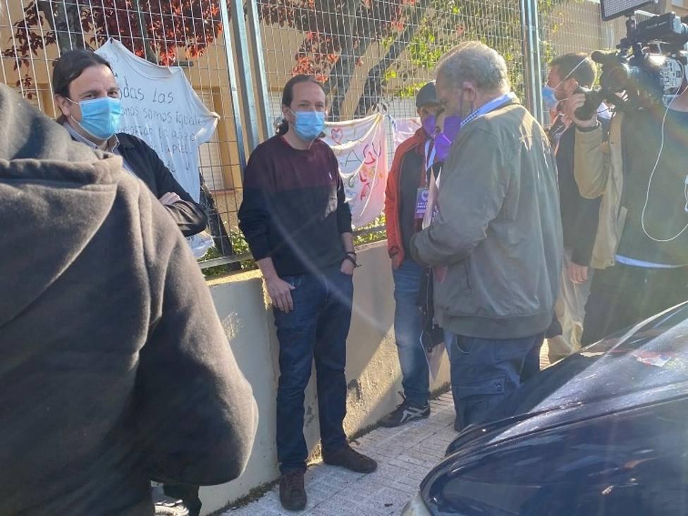 El candidato Pablo Iglesias también ha hecho cola para votar en La Navata