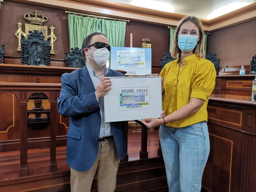 La concejala Elena López y Carlos Fernández Lamigueiro de la ONCE. FOTO: concello As Pontes
