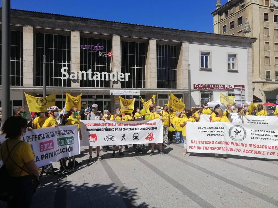 Manifestantes frente a la estación de tren de Santander