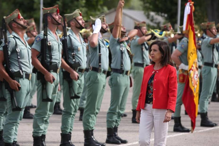 Robles expedienta a los 5 reservistas que firmaron su apoyo a Franco