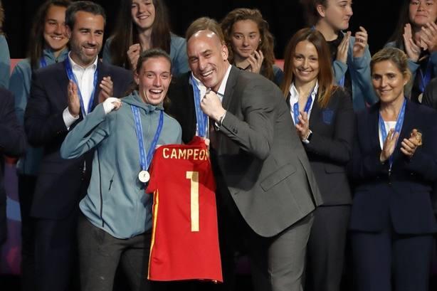 Rubiales recibe a las campeonas del mundo como referentes para muchas niñas que quieren ser futbolistas