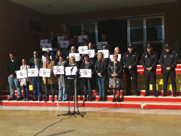Unas 1.000 personas condenan la lacra de la violencia machista tras el asesinato de una mujer en Fuengirola